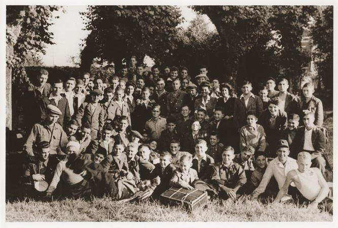 Retrato de grupo de jóvenes refugiados judíos en el hogar para niños judíos ortodoxos de la Sociedad de Ayuda para los Niños (Oeuvre de Secours aux Enfants, OSE), en Ambloy. Elie Wiesel se encuentra entre los niños fotografiados. Ambloy, Francia, 1945.