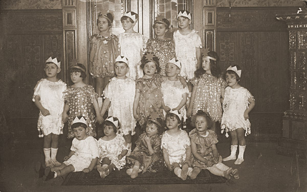 Group portrait of children dressed in Purim costumes. Danzig, 1930-1939.