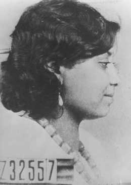 صور تحديد هوية خاصة بسيدة رومانية (غجرية) تم اعتقالها في محتشد أوشفيتز. بولندا، عام 1944 تقريباً.