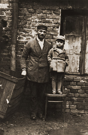 Hirsch Glicenstein with his young nephew, Leo Grinberg. Kalisz, Poland, 1934.