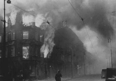 바르샤바 게토 폭동 시 숨어 있는 유태인을 끌어 내기 위하여 나치가 주거용 건물에 불을 지르자 화염에 휩싸인 유태인 가옥. 폴란드, 1943년 4월 19일-5월 16일.