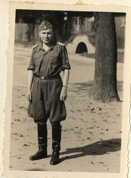 "Karl Höcker; la leyenda original lee ""Sommer [verano] 1944""."