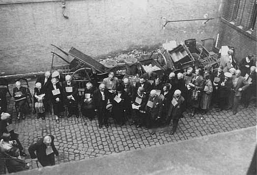 Juifs allemands, portant des pièces de tissu identificatrices, avant leur déportation vers Theresienstadt. Wiesbaden, Allemagne, août 1942.