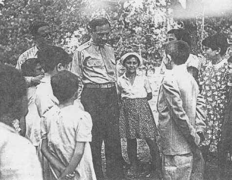 William Bein, directeur du Joint (l'American Jewish Joint Distribution Committee, organisation caritative juive américaine - JDC) en Pologne, avec des enfants au home pour enfants juifs de Srodborow, près de Varsovie. Le home était financé par le Joint. Srodborow, Pologne, 1946.