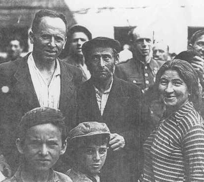 Juifs polonais, qui avaient échappé aux Allemands en s'enfuyant vers l'Union soviétique, lors de leur retour en Pologne après la Seconde Guerre mondiale. Pologne, 1946.