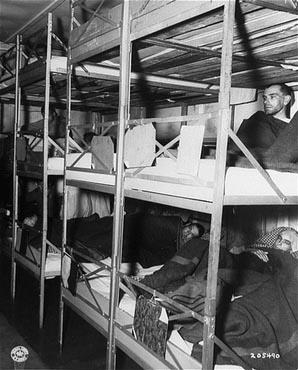 Photo prise dans l'infirmerie du camp, peu après la libération du camp de concentration de Dachau. Dachau, Allemagne, 1er mai 1945.