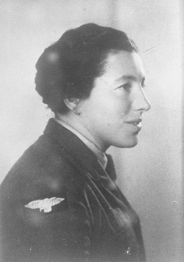 Jewish parachutist Haviva Reik before her mission to aid Jews in Slovakia during the Slovak national uprising. Palestine, before September 1944.