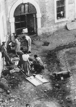 Préparation de nourriture dans le ghetto de Theresienstadt. Theresienstadt, Tchécoslovaquie, entre 1941 et 1945.