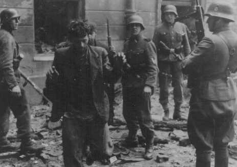 Juifs capturés au cours de la révolte du ghetto de Varsovie. Pologne, du 19 avril au 16 mai 1943.