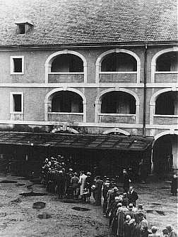 سجناء ينتظرون حصتهم من الطعام. الحي اليهودي بتيريزينشتات، تشيكوسلوفاكيا، الفترة ما بين عام 1941 وعام 1945.