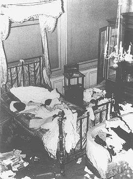 Une maison juive saccagée au cours du pogrom de la Nuit de cristal (Kristallnacht). Vienne, Autriche, 10 novembre 1938.