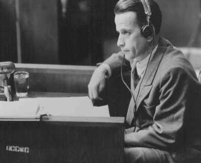 بوخن والڈ حراستی کیمپ میں ایس ایس کا چیف ڈاکٹر ولادیمار ھوون امریکی فوجی عدالت کے روبرو مقدمے کے دوران۔ ھوون نے قیدیوں پر طبی تجربات کئے تھے۔ نیورمبرگ، جرمنی، 23 جون، 1947 ۔
