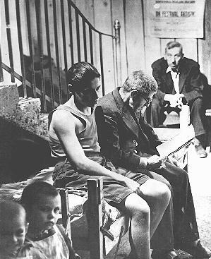 Un père et son fils, personnes déplacées de Roumanie, attendent sur un lit de camp à l'hôpital Rothschild du camp de personnes déplacées à Vienne. Autriche, 15 octobre 1947.