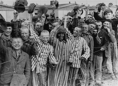 Détenus du camp de Dachau libéré acclamant les troupes américaines. Allemagne, 29 avril 1945.