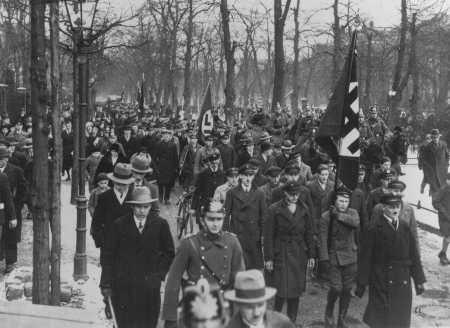 Sebuah mars yang mendukung gerakan Nazi saat kampanye pemilu pada tahun 1932. Berlin, Jerman, 11 Maret 1932.