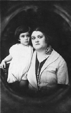 Prewar portrait of mother and son Zeni and Rudy Farbenblum. Munkacs, 1922.