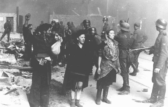 Combatentes da resistência judaica capturados pelas tropas das SS durante a revolta do gueto de Varsóvia.  Foto tirada em Varsóvia, na Polônia, entre 19 de abril e 16 de maio de 1943.