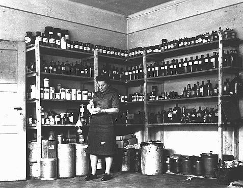 Pharmacie du Joint (l'American Jewish Joint Distribution Committee, organisation caritative juive américaine - JDC) dans le camp de personnes déplacées de Bergen-Belsen. Allemagne, 14 août 1947.