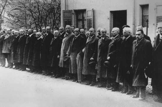 Juifs arrêtés après la Nuit de cristal (Kristallnacht) attendant la déportation vers le camp de concentration de Dachau. Baden-Baden, Allemagne, 10 novembre 1938.