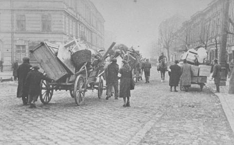 Les Juifs pénètrent dans la zone du ghetto. Cracovie, Pologne, mars 1941.