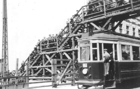 Пешеходный мост через улицу Згерского, соединявший две части Лодзинского гетто. Сама улица в гетто не входила. Лодзь, Польша, прим. 1941.