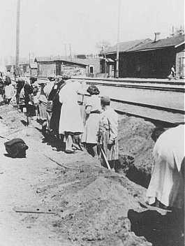 Mujeres judías deportadas de Bremen, Alemania, son obligadas a cavar una trinchera en la estación de trenes. Minsk, Unión Soviética, 1941.