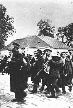 一队囚犯到达贝乌热茨 (Belzec) 灭绝营。拍摄地点:波兰贝尔塞克;拍摄时间:大约为 1942 年。