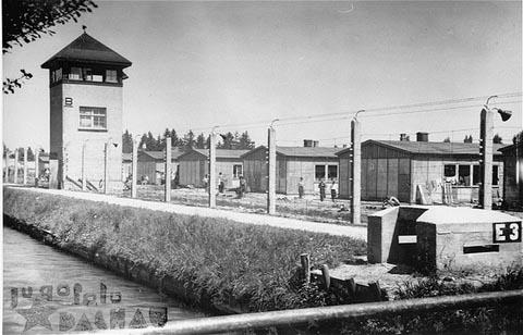 Vista do campo de concentração de Dachau após sua libertação.  Foto tirada na Alemanha, 29 de abril de 1945.