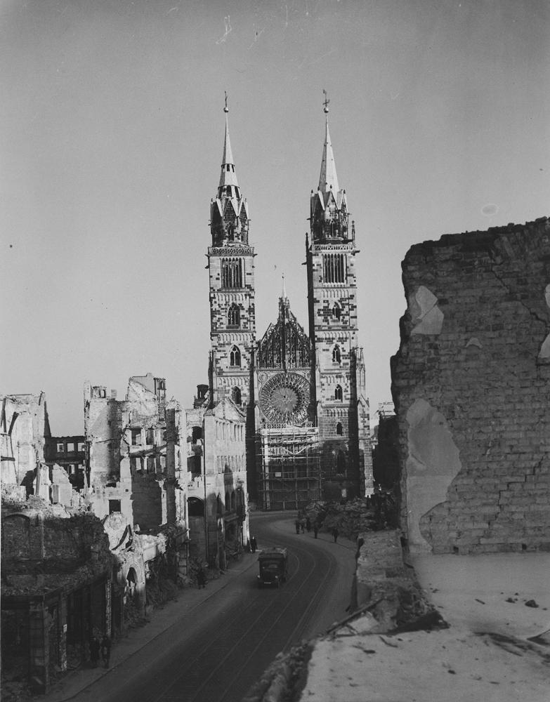 Al momento del Tribunal Militar Internacional, la ciudad de Núremberg reflejaba la devastación de la guerra, al igual que gran parte de Europa. Este panorama de destrucción presenta un marcado contraste con los mítines nazis realizados en Núremberg apenas unos años antes.