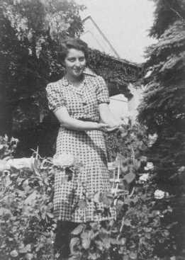 Hannah Szenes 在前往巴勒斯坦成为营救伞兵前,在布达佩斯家中的花园。拍摄地点:匈牙利,布达佩斯,拍摄时间:1939 年前。