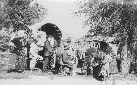 Photographe avec un groupe de Tsiganes. Probablement en Tchécoslovaquie, 1939.