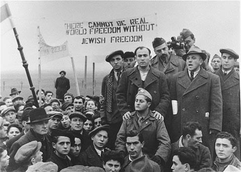 Refugiados judíos piden por la inmigración abierta a Palestina durante una visita de la Comision de Investigaciones Anglo-Americano. El campo de refugiados de Zeilsheim, Alemania, marzo de 1946. [Por favor contacte Beth Hatefutsoth para obtener copias de esta fotografía.]