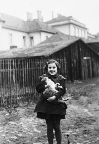 Fotografía de la preguerra de Kitty Weichherz. Esta fotografía fue tomada de un diario de la vida de Kitty escrito por su padre, Bela Weichherz (después del nacimiento de Kitty en diciembre de 1929, Bela llevó un diario de la vida de su hija hasta que la deportaron). Kitty y todos sus familiares más cercanos murieron. Los dos diarios de Bela fueron recuperados después de la guerra. Checoslovaquia, entre 1934 y 1937.