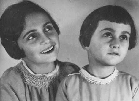 Aileleri Hollanda'ya firar etmeden önce, Margot ve Anne Frank. Ekim 1933, Bad Aachen, Almanya.