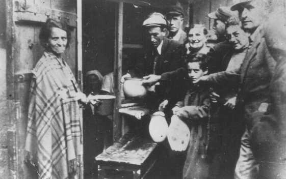 La pauvreté dans le ghetto : les habitants attendent la soupe dans une cuisine populaire. Ghetto de Lodz, Pologne, entre 1940 et 1944.
