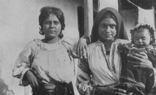 Femmes tsiganes et enfant. Roumanie, années 1930.