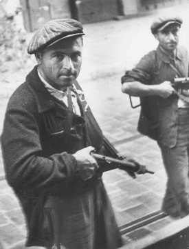Dos partisanos judíos durante el levantamiento antes de la liberación. Marsella, Francia, agosto de 1944.