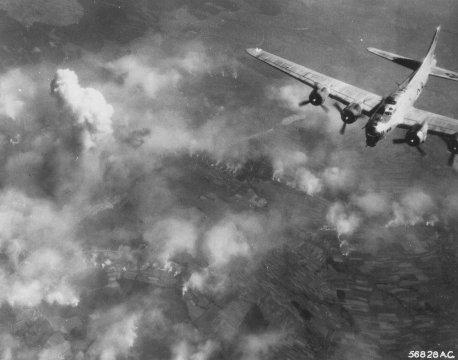 Raid de bombardement sur une partie du camp d'Auschwitz. Auschwitz, Pologne, août 1944.