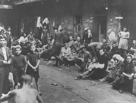 Réfugiés juifs, rescapés du pogrom de kielce, attendent un