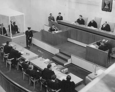 El acusado Adolf Eichmann de pie mientras el tribunal lo sentencia a muerte. La ejecución de Eichmann es todavía la única vez en que el estado de Israel ha aplicado la pena de muerte. El 15 de diciembre de 1961.