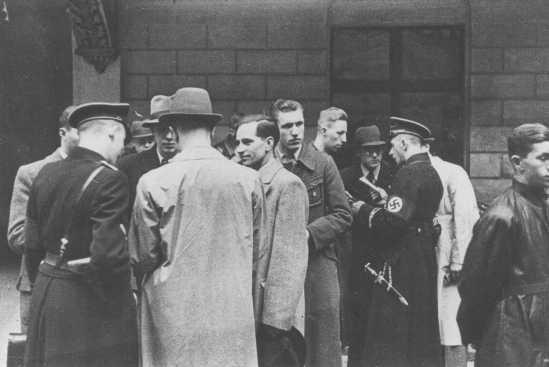 La policía nazi y las SS se preparan para una redada en las oficinas de la comunidad judía de Viena. Austria, 18 de marzo de 1938.