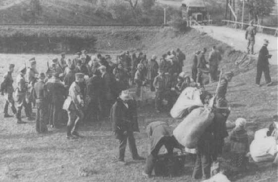 一处波兰人集合地点,这些波兰人被德国种族和重新安置总局 (RuSHA) 剥夺了住所和家园。拍摄地点:波兰索尔;拍摄时间:1940 年 9 月 24 日。