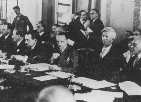 Photo prise au cours de la Conférence d'Evian sur les réfugiés juifs. A l'extrême droite se trouvent deux des délégués américains : Myron Taylor et James McDonald du Comité consultatif présidentiel pour les réfugiés politiques. Evian-les-Bains, France, juillet 1938.