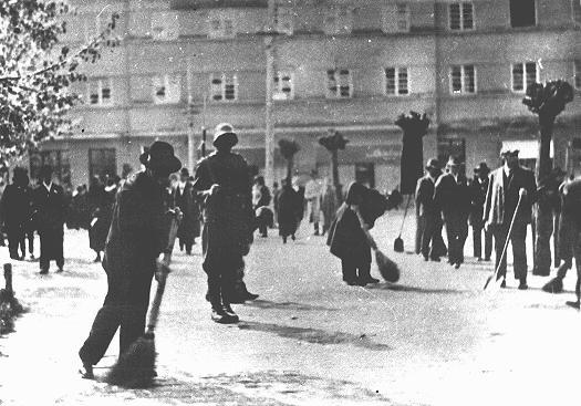 Gendarmes húngaros supervisan a un grupo de judíos que realizan trabajos forzados. Senta, Yugoslavia, mayo de 1941.