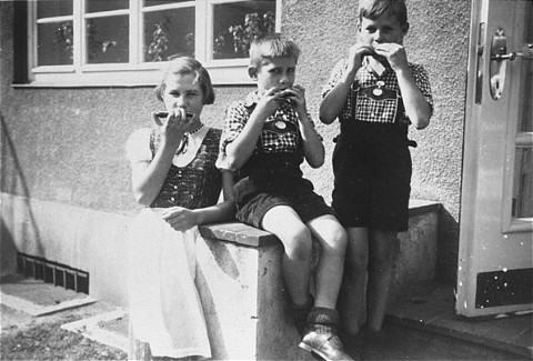 Elisabeth, Hans Werner, and Paul Gerhard Kusserow. Because they were the children of Jehovah's Witnesses, all three were forcibly removed from school on March 7, 1939, and kept separated from their family, which was accused of spiritual and moral neglect, until their liberation in April 1945. This photograph was taken at the Kusserow home in Bad Lippspringe, 1936-1939.