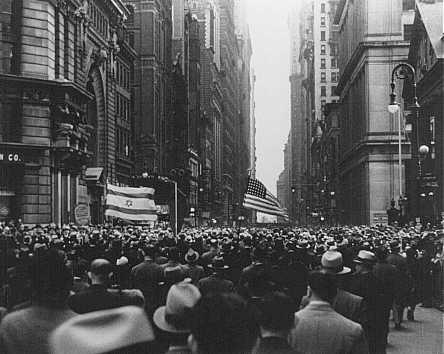 El día de las quemas de libros en Alemania, grandes multitudes marcharon desde el Madison Square Garden (Nueva York) para protestar contra la opresión nazi y la persecución de los judíos. Ciudad de Nueva York, Estados Unidos, 10 de mayo de 1933.