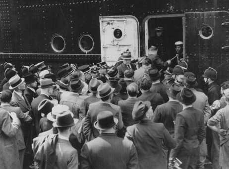 """Le """"Saint Louis,"""" transportant des réfugiés juifs allemands qui s'étaient vu refuser l'entrée à Cuba et aux Etats-Unis, arrive à Anvers. La police belge garde la passerelle pour empêcher les familles des passagers de monter à bord du bateau. Belgique, 17 juin 1939."""