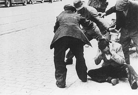 Des civils ukrainiens frappent un Juif au cours d'un pogrom à Lvov. Pologne, du 30 juin au 3 juillet 1941.