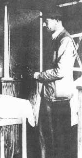 Simon Wiesenthal, rescapé de la Shoah et chercheur enquêtant sur les crimes de guerre nazis, visite une synagogue en Europe centrale pour y trouver des réfugiés. Lieu incertain, 1946.