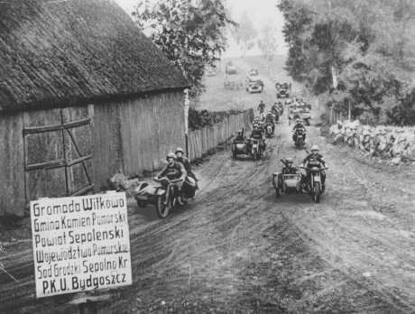Invading German troops approach Bydgoszcz. Poland, September 18, 1939.